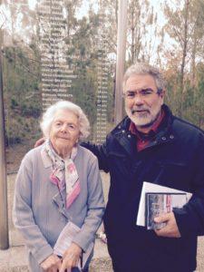 Avec Josette TYLIPSKY, de Bacalan, devant la stèle où figurent les noms de Roger ALLO et Joseph BRUNET, bacalanais fusillés le 24 octobre 1941 avec 48 autres otages.