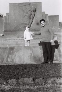 Devant le monument des martyrs d'Orcines...
